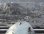 Homem caminha pelos escombros de área afetada em Kesennuma Leia Mais