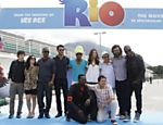 Equipe promove o filme 'Rio' no Brasil; da esq. para a dir.: Jesse Eisenberg, Bebel Gilberto, Jamie Foxx, Rodrigo Santoro, Carlinhos Brown, Anne Hathaway, Srgio Mendes, Jemaine Clement e Taio Cruz. Embaixo, Will.i.am e o diretor Carlos Saldanha   Leia Mais