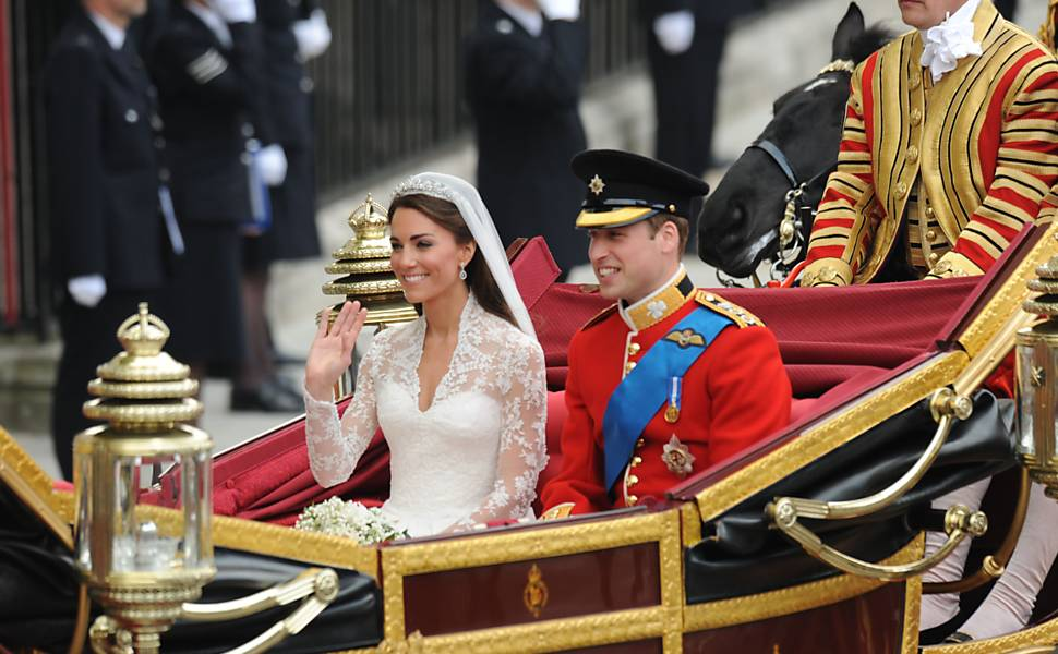 Kate Middleton e o príncipe William durante ida para o palácio de Buckingham na carruagem real Leia mais