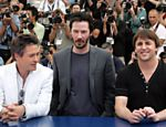 "Entre Robert Downey Jr (à esq.) e o diretor Richard Linklater, Keanu Reeves participa de evento promocional do filme ""O Homem Duplo"" (""A Scanner Darkly"", de 2006), em Cannes (França)"