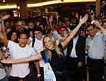 Modelo e atriz Ellen Roche marca presena no lanamento do iPhone 4S em shopping de So Paulo