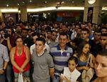 Clientes formam fila para comprar o iPhone 4S no shopping Eldorado em S�o Paulo