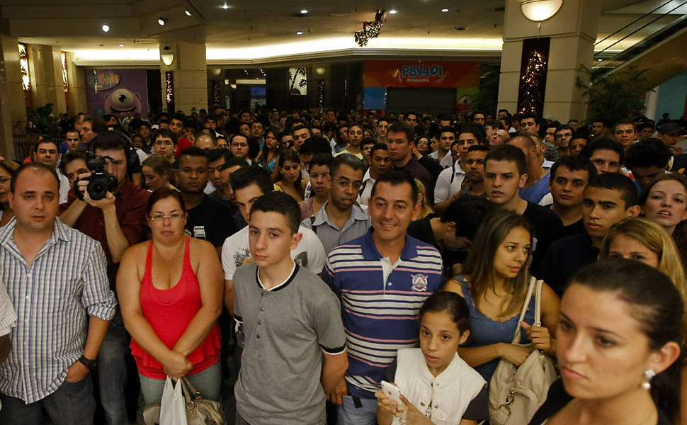 Clientes formam fila para comprar o iPhone 4S no shopping Eldorado em So Paulo