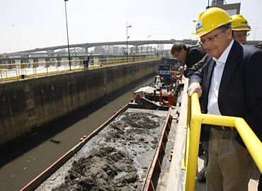 Governador Geraldo Alckmin visita obras no rio Pinheiros, em SP; o tucano tem evitado comparecer a eventos em que pode ser alvo de protestos