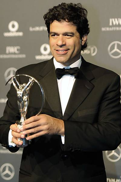 Raí recebe trofeu do Laureus World Sports Awards, em Londres, em 2012