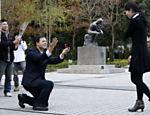 Chung Chen-han (esquerda), 28, pede a sua namorada, Tsai Yong-chen, 27, em casamento no Dia de São Valentim, em Taipé (Taiwan)