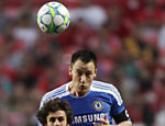 John Terry do Chelsea (dir.) e Pablo Aimar do Benfica disputam a bola Leia mais