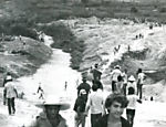 Garotos procuram gua durante seca no Nordeste, em 1976 