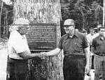 President Emílio Garrastazu Médici (right) greets the minister of transport, Mário Andreazza, following the unveiling of the inaugural plaque, in Jacareacanga, Pará, in 1974. (Photo: Roberto Stuckert/Folhapress)