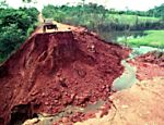 A hole in a stretch of the Trans-Amazonian Highway at km 08, in 1991. (Photo: Antônio Gaudério/Folhapress)