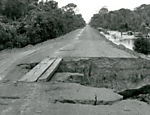A stretch of the Trans-Amazonian Highway where the road was eroded by the river. (Photo: Folhapress)