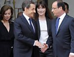 Sarkozy cumprimenta o presidente eleito Franois Hollande durante cerimnia de posse do novo presidente da Frana Leia mais