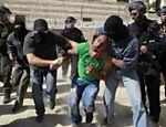 Palestino  detido por policiais israelenses durante manifestaes pelo dia do Nakba, no bairro de Issawiya, em Jerusalm Leia mais