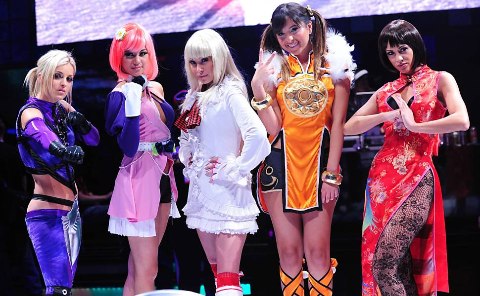Modelos com fantasias de personagens de �Tekken Tag Tournament 2�, da Namco, durante a E3