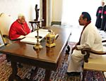 Papa Bento 16 recebe presidente do Sri Lanka, Mahinda Rajapaksa (esquerda), e sua mulher Shiranthi, no Vaticano