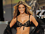 Alessandra Ambrsio usa apenas o suti da Victoria's Secret para dar aquela levantada na moral alheia