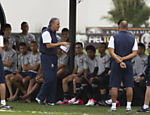 Tite conversa com jogadores antes do treino do Corinthians; tcnico confirmou Willian no ataque do time contra o Santos Leia mais
