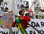 Homem fantasiado de Dilma Rousseff durante protesto no Rio de Janeiro Veja especial