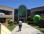 "Jardim do edif�cio 44, do ""campus"" do Google, na cidade californiana de Mountain View; local abriga os monumentos em homenagem �s vers�es do sistema operacional de smartphones e tablets Android"