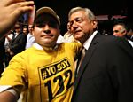 Candidato Andres Manuel Lpez Obrador, do PRD (Partido da Revoluo Democrtica), ao lado de membro do movimento Yo soy 132&quot; (Eu sou #132), que defende equilbrio na cobertura jornalstica da campanha eleitoral, em Guadalajara 