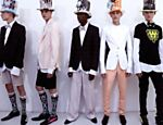 Modelos apresentam criaes do estilista Walter Van Beirendonck durante a semana de moda em Paris