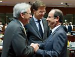O premi de Luxemburgo, Jean-Claude Juncker, cumprimenta o presidente francs, Franois Hollande, ao lado do premi holands, Mark Rutte Leia mais