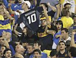 Torcedor do Boca Juniors exibe camiseta do Maradona antes do incio da partida Saiba mais sobre a partida