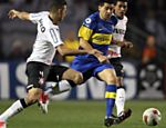 Riquelme (centro), do Boca Juniors, domina a bola enquanto Leandro Castan (esq.) e Paulinho do Corinthians marcam Saiba mais sobre a partida