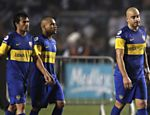 Jogadores do Boca Juniors, Santiago Silva (dir.), Clemente Rodriguez e Dario Cvitanich (esq.) deixam o gramado aps derrota Leia mais