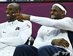 Kobe Bryant ( esquerda) e Lebron James, dos Estados Unidos, sentam no banco durante jogo do Grupo A contra a Frana Veja o especial dos Jogos Olmpicos 