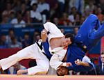 O judoca Tiago Camilo (branco) durante luta contra o italiano Roberto Meloni (azul) na categoria at 90 kg Veja o especial dos Jogos Olmpicos 
