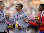O americano Ashton Eaton, medalha de ouro no decatlo, cumprimenta o conterrneo Trey Hardee, medalha de prata, ao lado do cubano Leonel Suarez, bronze, no pdio da categoria  Veja o quadro de medalhas    