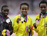 A etope Meseret Defar (centro), medalha de ouro, a queninana Vivian Jepkemoi Cheruiyot, medalha de prata, left, e a etope Tirunesh Dibaba ( dir.), bronze, durante cerimnia de premiao dos 5000 m do atletismo Veja o quadro de medalhas    