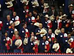 Integrantes da delegao do Texas tiram chapus de cowboy durante 2 dia da Conveno Nacional Republicana Leia mais