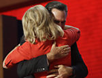Candidato presidencial republicano, Mitt Romney abraa sua esposa Ann Romney no palco Leia mais