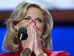 Ann Romney, esposa do candidato presidencial republicano, Mitt Romney chega ao palco para fazer um discurso Leia mais