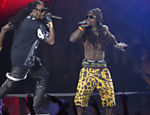 Lil Wayne (dir.) e 2 Chainz durante apresentao no VMA Leia mais