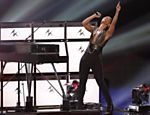 Alicia Keys canta &quot;Girl on Fire&quot; durante a cerimnia de premiao do VMA Leia mais