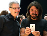 O executivo-chefe da Apple Tim Cook (esq.) e Dave Grohl da banda Foo Fighters olham o novo iPhone 5 durante evento da Apple Leia mais