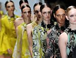 Modelos desfilam pe�as da Gucci no primeiro dia da Fashion Week de Mil�o