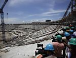 Oper�rios trabalham na reforma do Maracan� em dia em que obras foram abertas para jornalistas