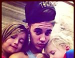 Justin Bieber com seus irmos menores Jazmyn e Jaxon