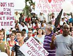 """Cartazes com frases """"Todos nasceram de um homem e uma mulher"""", um dos slogans do protesto Leia mais"""