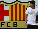 Neymar posa para foto junto ao escudo do Barcelona, no lado externo do Camp Nou