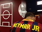 Neymar posa com camisa do Barcelona no vesti�rio no Camp Nou