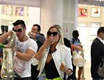 Aryane e o marido Wellington J�nior no aeroporto do Rio