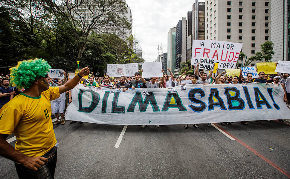 Protesto pede impeachment de Dilma