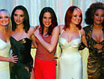 As Spice Girls aguardam a rainha Elizabeth 2ª