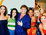 O cantor Elton John junto com as integrantes do conjunto Spice Girls