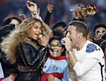 Beyoncé canta ao lado do vocalista Chris Martin, do grupo Coldplay, no show do intervalo do Super Bowl 50